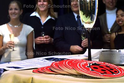 HC - AKTIE BIERVILTJES TEGEN ZINLOOS GEWELD BLIJKT COMMERCIEEL PROJECT - Tijdens de presentatie van de aktie werd verteld dat er veel meer winst was gemaakt dan verwacht. Waar gaat dat geld naar toe ? Nou, 2.000 euro gaat naar de stichting tegen zinloos geweld, de rest verdelen we onder de aandeelhouders - DEN HAAG 2 JUNI 2003 - FOTO: NICO SCHOUTEN