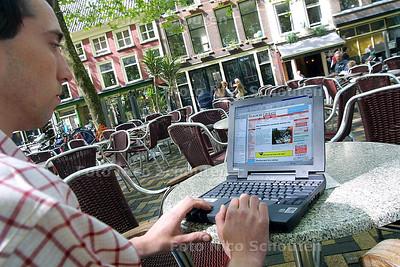 DC - DRAADLOOS ON-LINE OP DE LANGE BEESTENMARKT - DELFT 26 JUNI 2003 - FOTO; NICO SCHOUTEN