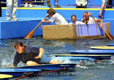 HC - TER LAND TER ZEE EN IN DE LUCHT, POMPEN OF VERZUIPEN IN SCHEVENINGSE HAVEN - DEN HAAG 14 JUNI 2003 - FOTO: NICO SCHOUTEN