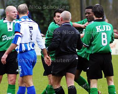HC - SCHEVENINGEN_HOEK - Scheveningen vecht met zichzelf nadat de scheidsrechter rood gegeven heeft. - DEN HAAG 8 MAART 2003 - FOTO: NICO SCHOUTEN