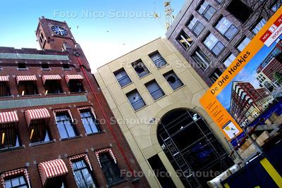 """EIGEN FOTO - DE DRIE HOEKEJES - Het nieuwbouwproject """"De Drie Hoekjes"""" begint vorm te krijgen. Bouwsteigers en schutwanden verdwijnen, langzaam wordt het duidelijk hoe het gebied er uit gaat zien. Belangrijk is de grote poort, deze doorkruist het gebouw en gaat de Grote Halstraat met de Prinsestraat verbinden. Rechts het Berlage gebouw.  DEN HAAG 3 MAART 2003 - FOTO: NICO SCHOUTEN"""