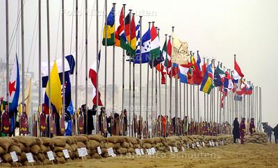 HC - VLAGGEN STRANDWAL - De vlaggen van de aan het Strafhof deelnemende landen worden gehesen op het scheveningse strand  - DEN HAAG 11 FEBRUARI 2003 - FOTO: NICO SCHOUTEN