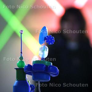 HC - KUNSTANAARSGROEP AAN HET WERK - Kunstof kunst van Evert Rodewijk -DEN HAAG 8 MAART 2003 - FOTO: NICO SCHOUTEN