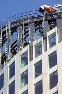 HC - ABSEILERS AAN HOFTOREN - DEN HAAG 17 MAART 2003 - FOTO: NICO SCHOUTEN