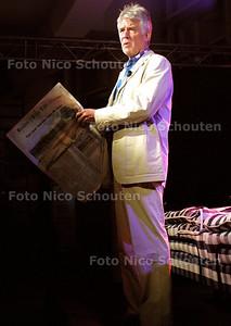 HC - KEES VAN KOOTEN OP LEESNACHT - Kees van Kooten leest voor uit de Haagsche Courant - DEN HAAG 15 MAART 2003 - FOTO: NICO SCHOUTEN