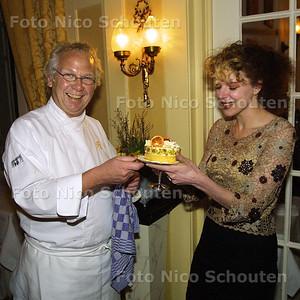 HC - VILAN DE LOO EN HENK SAVELBERG - Vilan de Loo wil niet mee eten maar krijgt toch een taartje uit handen van Henk Savelberg him self. VOORBURG 17 MAART 2003 - FOTO: NICO SCHOUTEN