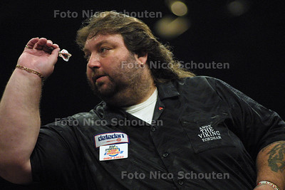 HC SPORT - INT. DARTS LEAGUE THE HAGUE - RICK HOFSTRA TEGEN ANDY FORDHAM - DEN HAAG 20 MEI 2003 - FOTO: NICO SCHOUTEN