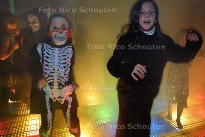 HC - KIDSHALLOWEEN IN ZICHTENBURG - Dansen in de rook met harde housemuziek - DEN HAAG 1 NOVEMBER 2003 - FOTO: NICO SCHOUTEN