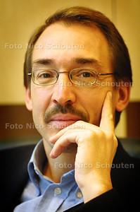 HC - SERIE INTEGRATIE? - HUISARTS JAN WUISTEN - DEN HAAG 13 NOVEMBER 2003 - FOTO: NICO SCHOUTEN