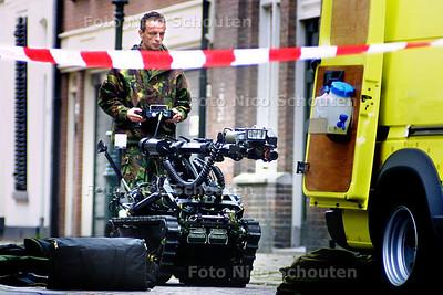 BOMAANSLAG TURKSE AMBASADE - Een afstandsbestuurbare robot wordt terug gereden naar de wagen. - DEN HAAG 4 NOVEMBER 2003 - FOTO: NICO SCHOUTEN