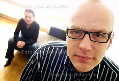 HC - cabaretier Martijn Oosterhuis, met op de achtergrond zijn partner Kristel Zweers die als stand upper door het leven gaat. DEN HAAG 8 NOVEMBER 2003 - FOTO: NICO SCHOUTEN
