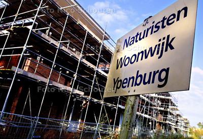 EIGEN FOTO - NATURISTEN WOONWIJK YPENBURG ? - Aan de Middelweg in Delft staat dit bord. Een naaktlopende grondbezitter die veel grond verkocht heeft voor de nieuwbouw, waarschuwt hiermee dat hij in de toekomst niet van plan is zijn onderbroek aan te trekken vanwege inkijk van de buren. - DELFT 3 NOVEMBER 2003 - FOTO: NICO SCHOUTEN