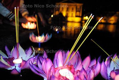 HC - THAIS OOGSTFEEST, Wierook en kaarsjes worden op kleine drijvende bloemen te water gelaten op de hofvijfer - DEN HAAG 8 NOVEMBER 2003 - FOTO: NICO SCHOUTEN
