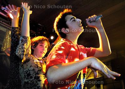 HC - disco voor gehandicapten van Steinmetz Stichting - Umut doet hier een turks lied, verder is hij technicus/DJ - DEN HAAG 1 NOVEMBER 2003 - FOTO: NICO SCHOUTEN