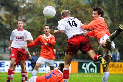 HC SPORT - Voetbalwedstrijd JAC-Barendrecht - In de eindfase van de wedstrijd mist deze kopbal van JAC het doel. - WASSENAAR 1 NOVEMBER 2003 - FOTO: NICO SCHOUTEN