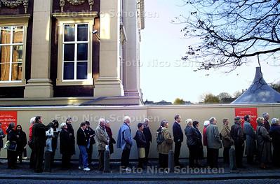 LANGE RIJ VOOR MAURITSHUIS, De belangstelling voor de tentoonstelling van HANS HOLBEIN is erg groot. - DEN HAAG 6 NOVEMBER 2003 - FOTO: NICO SCHOUTEN