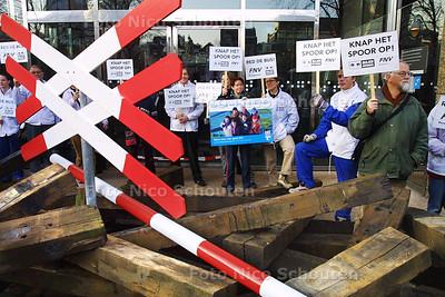 FBF - BIELZEN VOOR TWEEDE KAMER - Aktie van Millieu Defensie en FNV - DEN HAAG 4 NOVEMBER 2003 - FOTO: NICO SCHOUTEN