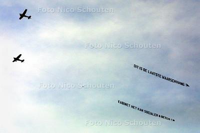 DEN HAAG 14 OKTOBER 2003 - AKTIE VAN DE FNV - Boven  Den Haag voerde de FNV ook aktie uit via lucht reclame. Achter een ander vliegtuigje viel te lezen: FNV horecabond kookt van woede. FOTO: NICO SCHOUTEN