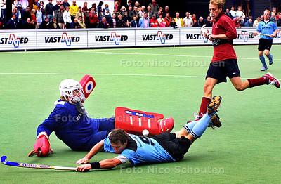 HC  SPORT - KLEIN ZWITSERLAND_HGC, HOCKEY - Door deze redding van de HGC keeper blijft het 1-1 en wint HGC later door de benutte strafcorner. -  DEN HAAG 28 SEPTEMBER 2003 - FOTO: NICO SCHOUTEN