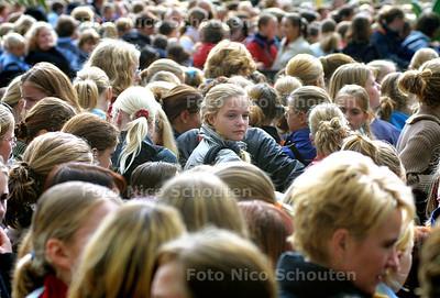 HC - TINADAG, DUINRELL - Duizenden jonge meiden wachten voor de Tina Plaza - WASSENAAR 4 OKTOBER 2003 - FOTO: NICO SCHOUTEN