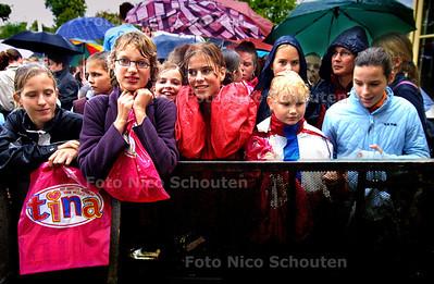 HC - TINADAG, DUINRELL - Duizenden jonge meiden wachten, in de regen, voor de Tina Plaza - WASSENAAR 4 OKTOBER 2003 - FOTO: NICO SCHOUTEN