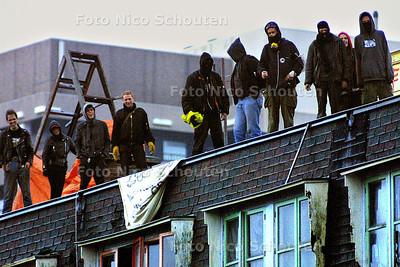 ONTRUIMING BLAUWE AANSLAG - Krakers staan oog in oog met een grote politiemacht op het moment dat de strijd gestreden is, de ME is het pand al binnen gedrongen - DEN HAAG 3 OKTOBER 2003 - FOTO: NICO SCHOUTEN