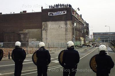 ONTRUIMING BLAUWE AANSLAG - Krakers hebben hun huiswaar op de straat gegooid. Agenten van de Mobiele Eenheid rukken op  - DEN HAAG 3 OKTOBER 2003 - FOTO: NICO SCHOUTEN