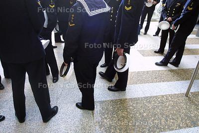 DEN HAAG 20 OKTOBER 2003 - DEFENSIE DEBAT DONNER - militairen wachten voor het debat -  FOTO: NICO SCHOUTEN