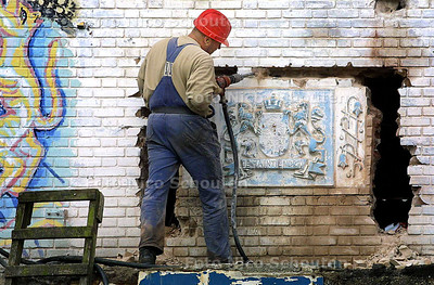WAPEN BLAUWE AANSLAG VERWIJDERD - Het enige dat nog herinnerde aan het verleden van de Blauwe Aanslag als belastingkantoor wordt met een drilboor verwijderd - DEN HAAG 9 OKTOBER 2003 - FOTO: NICO SCHOUTEN