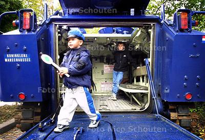OPEN DAG POLITIE - bij buro Overbosch stond een rups-pantservoertuig - DEN HAAG 10 OKTOBER 2003 - FOTO: NICO SCHOUTEN