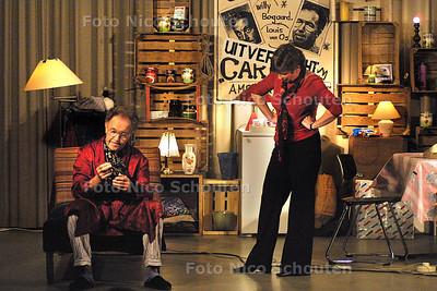 HC - FRIES TONEELSTUK IN DE OPSTANDINGSKERK - VOORBURG 18 OKTOBER 2003 - FOTO: NICO SCHOUTEN