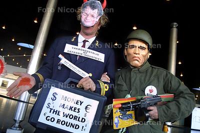 """DEN HAAG 16 OKTOBER 2003 - DEMONSTRATIE TEGEN NIID-WAPENBEURS VAN HET HAAG VREDES PLATVORM EN DE FRANCISKAANSE VREDESWACHT, Lodewijk de Waal en Arnold Schwarzenegger (dubbelganngers) Poseren voor de foto. FNV voorman de Waal heeft, volgens het Haags Vredesplatvorm """"bloed aan z'n handen"""" omdat de FNV ook wil infesteren in defensie - FOTO: NICO SCHOUTEN"""