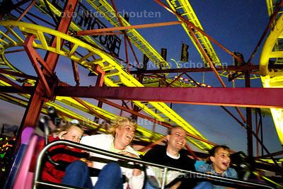 """HC - KERMIS OP HET MALIEVELD - De """"super mouse"""" is een achtbaan waarvan de karretjes ook nog eens om een vertikale as draaien. Ziet er onschuldig uit maar je maag draait er toch van om. - DEN HAAG 6 SEPTEMBER 2003 - FOTO: NICO SCHOUTEN"""