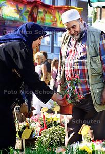 HC - SERIE ZUID/WEST, ALLOCHTONE OUDEREN OP HET MARKTJE OP DE LEYWEG - DEN HAAG 18 SEPTEMBER 2003 - FOTO: NICO SCHOUTEN