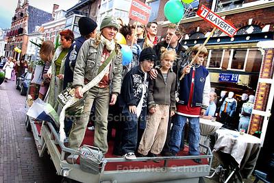 HC - MODESHOW HERENSTRAAT -  500 meterlange katwalk blijkt aanhangwagen. Tussen 13:00 en !7:00 zou er een modeshow plaats vinden op een katwalk van 500 meter door de Herenstraat in Voorburg. Het bleek te gaan om een aanhangwagen met DJ en een zooitje ongeregeld. - RIJSWIJK 7 SEPTEMBER 2003 - FOTO: NICO SCHOUTEN