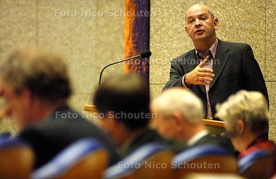 """EIGEN FOTO - ALGEMENE BESCHOUWINGEN - Jan Marijnissen: """"dit is een asociaal regeringsplan"""". Op de voorgrond de Graaf, Balkenende, Zalm - DEN HAAG 17 SEPTEMBER 2003 - FOTO: NICO SCHOUTEN"""
