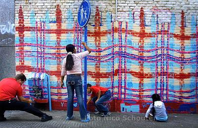 HC - MUURSCHILDERING OOG IN'T ZEILSTRAAT - Bewoners hebben een grote muurschilering aangebracht op een lelijke oude dode muur. Over een paar maanden komen er ook plantenbakken bij en zal de straat veel gezelligger ogen. - DEN HAAG 2 SEPTEMBER 2003 - FOTO: NICO SCHOUTEN