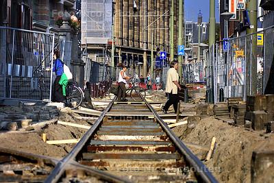 CENTRUM ALTIJD OP DE SCHOP - Het lijkt of het nooit ophoud, bijna alle straten om het oude stadhuis liggen nu open voor het vervangen van de tramrails. Deze zijn sneller versleten door de werkzaamheden aan de tramtunnel onder de grote markt. Op de foto de dagelijkse groenmarkt. - DEN HAAG 19 SEPTEMBER 2003 - FOTO: NICO SCHOUTEN