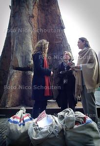 GREENPEACE AANGIFTE ILLEGAAL HOUT - Greenpeace doet met ruim 17.500 mensen aangifte tegen illegale houtkap bij het min. v. Justitie (mevr. v. Leeuwen, rechts op foto). De voet van een gigantisch woudreus was hiervoor op het plein voor de tweede kamer neer gezet. - DEN HAAG 20 APRIL 2004 - FOTO: NICO SCHOUTEN