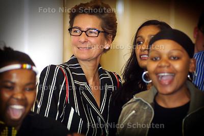JANINE VD ENDE GLUNDERT TIJDENS AFRIKAANSE ZANG/DANS, OPENING AFRO EXPO - SCHEVENINGEN 3 APRIL 2004 - FOTO: NICO SCHOUTEN