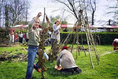 HC - VOORJAARSMARKT LANDGOED DORREPAAL - Terwijl de ouders markten bouwen de kinderen hutten. - RIJSWIJK 25 APRIL 2004 - FOTO: NICO SCHOUTEN