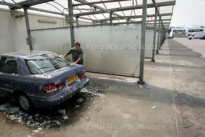 HC OP STRAAT - AUTOWASPLAATS BINCKHORSTLAAN - DEN HAAG 4 AUGUSTUS 2004 - FOTO NICO SCHOUTEN