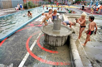 HC - KINDERPARADIJS MET POEDELBAD, BAAMBRUGGESTRAAT - DEN HAAG 3 AUGUSTEUS 2004 - FOTO NICO SCHOUTEN