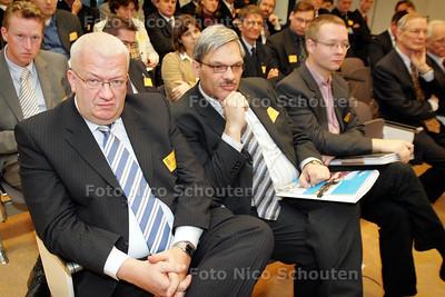 DEN HAAG 20 DECEMBER 2004 - Wethouder Sjoers en de ambtenaren Jos Haarhuis en Michel ten Dam bezoeken de vaste Kamercommissie van de Tweede Kamer - FOTO NICO SCHOUTEN