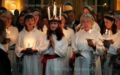 HC - TRADITIONEEL KERSTKOOR OP RECEPTIE ZWEEDSE AMBASSADE, Elk jaar op 13 december zingt in de Zweedse Ambassade een kerskoor - DEN HAAG 13 DECEMBER 2004 - FOTO NICO SCHOUTEN