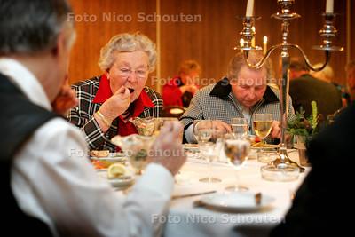HC - KERSTMAAL VOOR EENZAME OUDEREN IN DE BIJHORST - WASSENAAR 23 DECEMBER 2004 - FOTO NICO SCHOUTEN