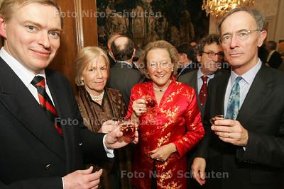 HC - RECEPTIE ZWEEDSE AMBASSADE, bij verhaal Gijsbert Spierenburg - DEN HAAG 13 DECEMBER 2004 - FOTO NICO SCHOUTEN