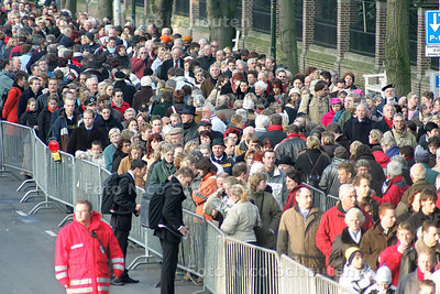 HC - DRUKTE BIJ CONDOLEANCE PRINS BERNHARD - DEN HAAG 8 DECEMBER 2004 - FOTO NICO SCHOUTEN
