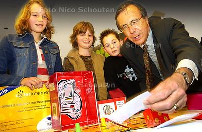 ED - GROEP 8 VAN ST. JOZEFSCHOOL WINT SAFE INTERNET PRIJS - Min. Brinkman probeert het spel dat de leerlingen gemaakt hebben. - DEN HAAG 6 FEBRUARI 2004 - FOTO: NICO SCHOUTEN