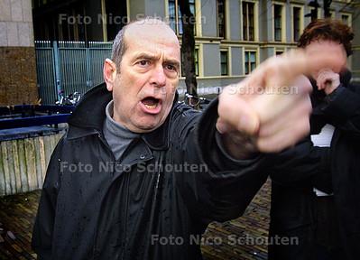 MILIEUDEFENSIE GEEFT BORDEN AAN 2E KAMERLEDEN - Een van de demonstranten wordt een beetje boos - DEN HAAG 18 FEBRUARI 2004 - FOTO: NICO SCHOUTEN